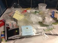 ... davon die Hälfte Verpackung aus Plastikfolien, -flaschen und -tuben, dazu ein Strohhalm, ein Zahnstocher und ein Zahnbürstenkopf.