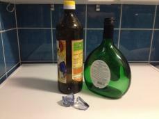 Stellvertretend für das angefallene Altglas von Ölen und Getränken hier ein paar Glasflaschen (kleinere Gläser werden wiederverwendet) und Bruchglas.